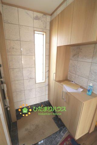大理石調の壁や床が高級感を演出しますね! オシャレ玄関です!