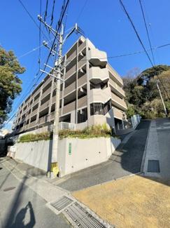 小笹南公園のそば高台のマンションです。敷地内駐車場空き有 【小笹小 徒歩14分】
