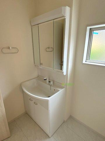 大きな鏡とシャワー付きの洗面台で朝の準備も捗ります。