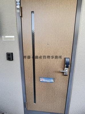 玄関は暗唱番号キーです。