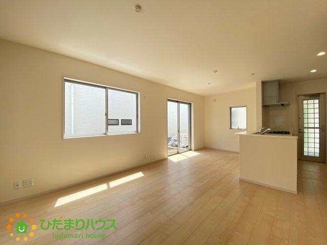 リビングの大きい窓からの光が入って開放的なレイアウト。明るい色の床なのでどんな家具にもマッチします!