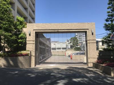 建物外観写真。シャッター付きの駐車場があります。