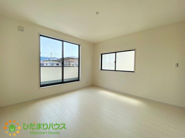 バルコニーに面している洋室は、主寝室にどうぞ!大きなベッドを置いても余裕の広さ!
