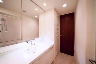三面鏡で身支度がしやすい洗面化粧台です。収納豊富です。