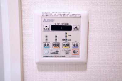 浴室暖房換気乾燥機能付です。雨の日や花粉の多い日等に浴室内で洗濯物を乾かすことができます。
