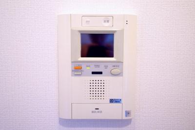 モニター付インターホンです。来客時に画面上で確認ができるので、安心です。