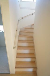 キッチン横に階段があるので、ドアを開ければすぐに家族の様子が見られますよ。