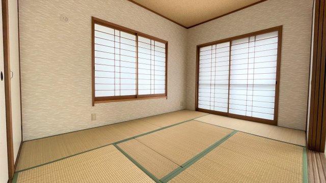 リビングダイニングとつながった快適な和室のお部屋。様々な用途にお使いいただけます。障子から差し込む光がやさしく、くつろげる空間に