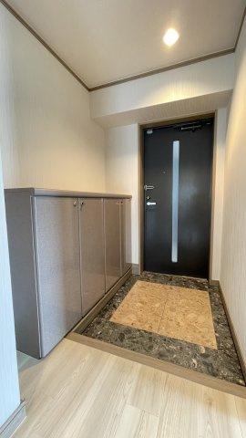 角部屋で、お部屋をぐるりと囲む広いバルコニーがあります。 どのお部屋からもバルコニーにアクセスできるので、洗濯物干しやガーデニングのお手入れなども便利