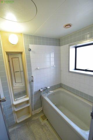 小窓付きの浴室