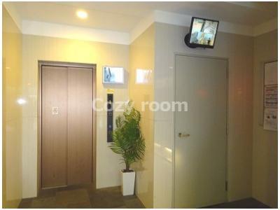 防犯カメラ付きのエレベーターホールです。