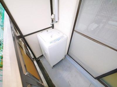 洗濯機置き場はバルコニーにあります