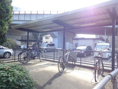 屋根付きの駐輪場で雨が降っても大切な自転車が濡れなくてすみますね♪駅から自転車もおすすめです!