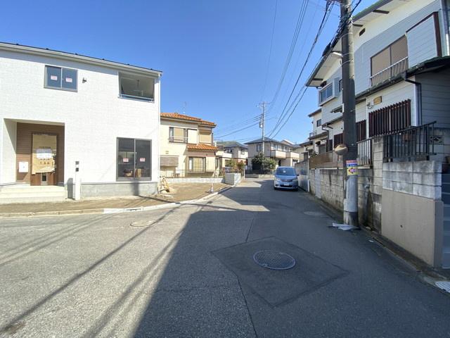 前面道路は4.6m私道と5.7mの公道です。