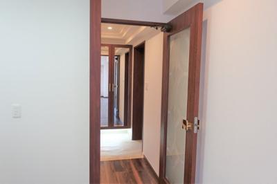 LDKへは扉が有るので玄関を開けても中が見えませんね