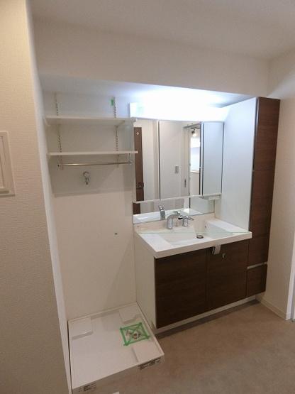 リバーウエストC館:三面鏡が付いた明るく清潔感のある洗面化粧台です!