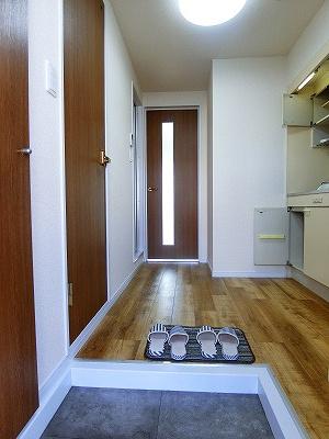 玄関から室内への景観です!キッチンと洋室の間にはドアがあります!お部屋にお料理の匂いがこもりませんね♪