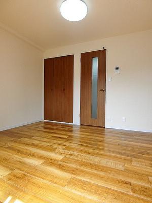 クローゼットのある南向き洋室5.8帖のお部屋です!お洋服の多い方もお部屋が片付いて快適に過ごせますね♪