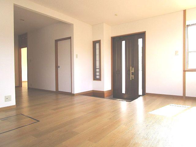 採光あり、明るく開放感のある広々とした玄関ホール