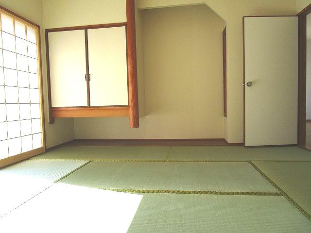 1階 和室 床の間あり 障子からの採光が落ち着きます