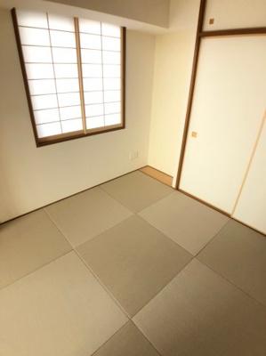 日が差し込みますのでとても明るい雰囲気の和室です。