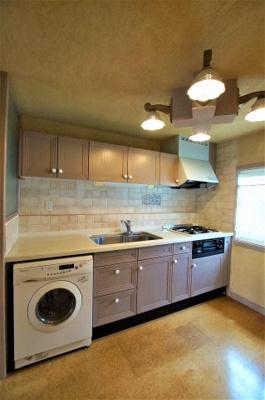 3口ガスコンロのシステムキッチンです。 独立キッチンのため、ゆったりとリビングが使えます♪