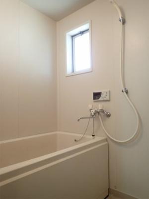 バスルームはいつでもぽかぽかお風呂に入れる追焚機能付き☆小窓があるので湿気がこもりにくくて良いですね☆