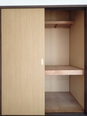 南向き洋室5.4帖のお部屋にある収納スペースです!かさ張りやすい寝具なども収納できて便利です☆