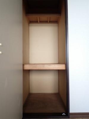 玄関側洋室5.4帖のお部屋にある収納スペースです!お部屋がすっきり片付いて快適に!