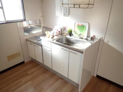 換気のできる窓のあるキッチンはガスコンロ設置可能☆場所を取るお鍋やお皿もすっきり収納できてお料理がはかどります!