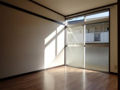 テラスに繋がる南向き洋室5.4帖の陽当たりの良いお部屋です!子供部屋や書斎など多用途に使えそうなお部屋です♪