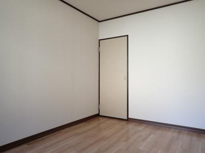 収納スペースのある洋室5.4帖のお部屋です!洋室各部屋に収納スペースがあるのが嬉しいですね!