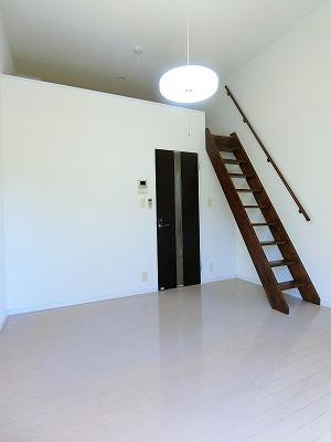 白を基調としたキッチンです!場所を取るお鍋やお皿もすっきり収納できます♪自炊生活で楽しく健康に!