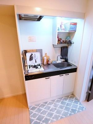 ロフトスペースのある洋室6帖のお部屋です!天井が高くて開放感がありますね♪荷物をたっぷり収納できてお部屋が片付きます☆