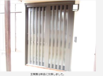 玄関扉はリクシル製の引き違い扉に交換しました。防犯対策もしっかり対応している鍵になっています。