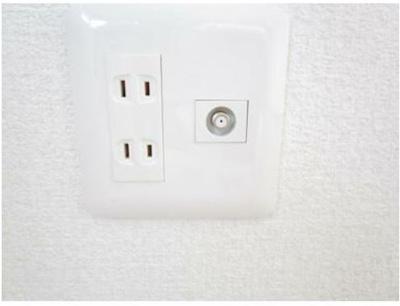コンセントパネルはすべて新品に交換を行い、キッチン回りや2階のエアコン用、テレビジャックなど必要箇所に追加で設置しました。