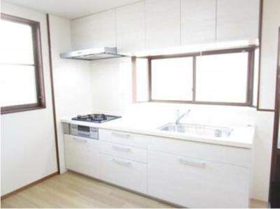 キッチンはシルク製のシステムキッチンに交換しました。サイズは2550mmタイプですので調理スペースもゆったりしています。