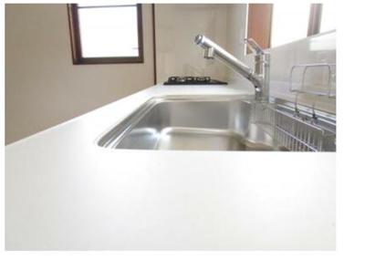 新品キッチンの天板は清潔感のある白い人造大理石です。リクシルの人造大理石は汚れが染み込みにくく、耐熱性にも優れているため、変形や変色に強い造りになっています。