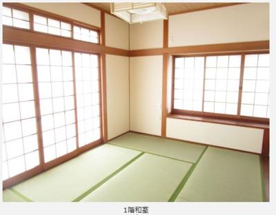 2階南西側和室。天井と壁はクロス張り変更しました。畳と襖は張替え済。南側と西側の窓から陽射しがしっかり入り、天気の良い日は冬でも暖かいです。
