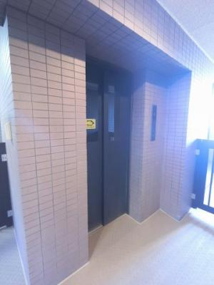 お買い物時やベビーカーの出し入れに便利なエレベーター付です。
