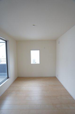 2階6.09帖 バルコニーがあるお部屋です。大きな窓から明るい光が差し込みます。