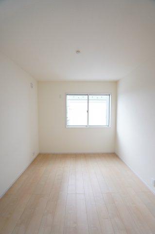 2階6帖 南向きのお部屋です。窓から差し込む陽射しが心地いいです。