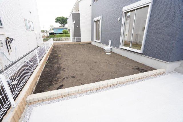 お庭があるのでカースペースを増やしたり、季節の植物でガーデニングを楽しんだりできます。