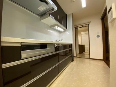 収納豊富なシステムキッチンです。