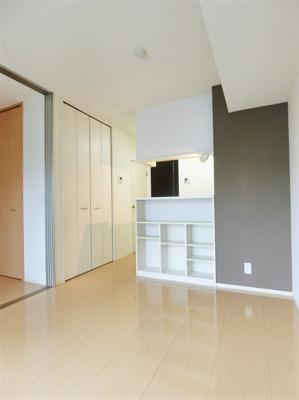 白を基調としたキッチンです!場所を取るお鍋やお皿もたっぷり収納できてお料理がはかどります!床下収納付きです♪