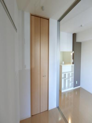 ウォークインクローゼットのある西向き洋室3帖のお部屋です!お洋服の多い方もお部屋が片付いて快適に過ごせますね♪