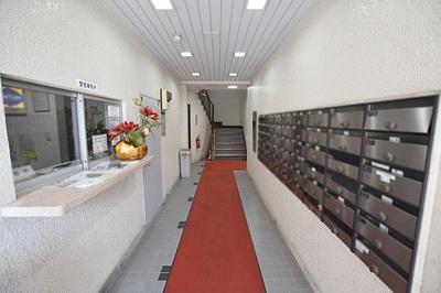1階管理人室窓口と集合郵便受けです。床・壁きれいに保たれております。