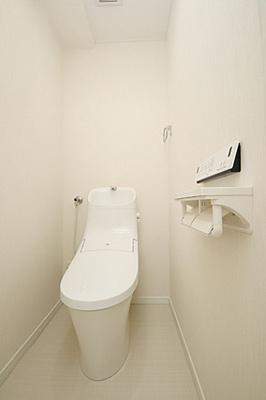 ホワイトで統一された清潔なウォシュレットトイレ