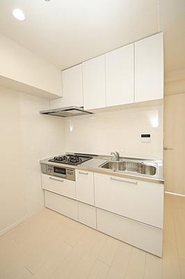 上下に十分の収納スペースでキッチン回りもすっきり