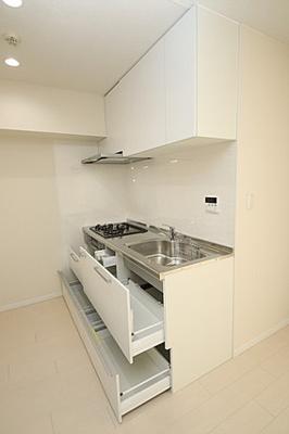 シンクも広めで家事動線もスムーズ。使い勝手の良さそうなキッチン。